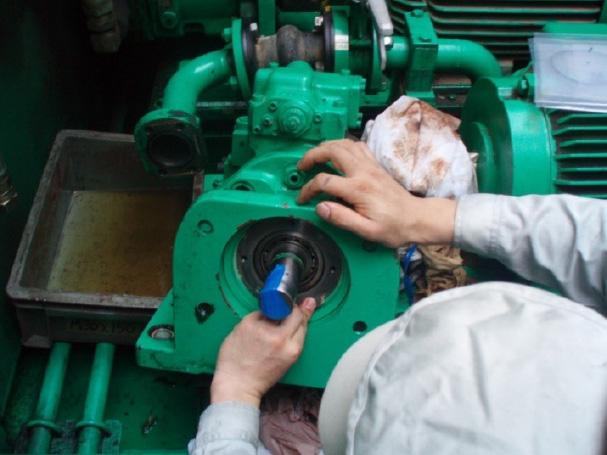 油圧ポンプシール交換写真
